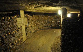 Самый большого склеп в мире – парижские катакомбы
